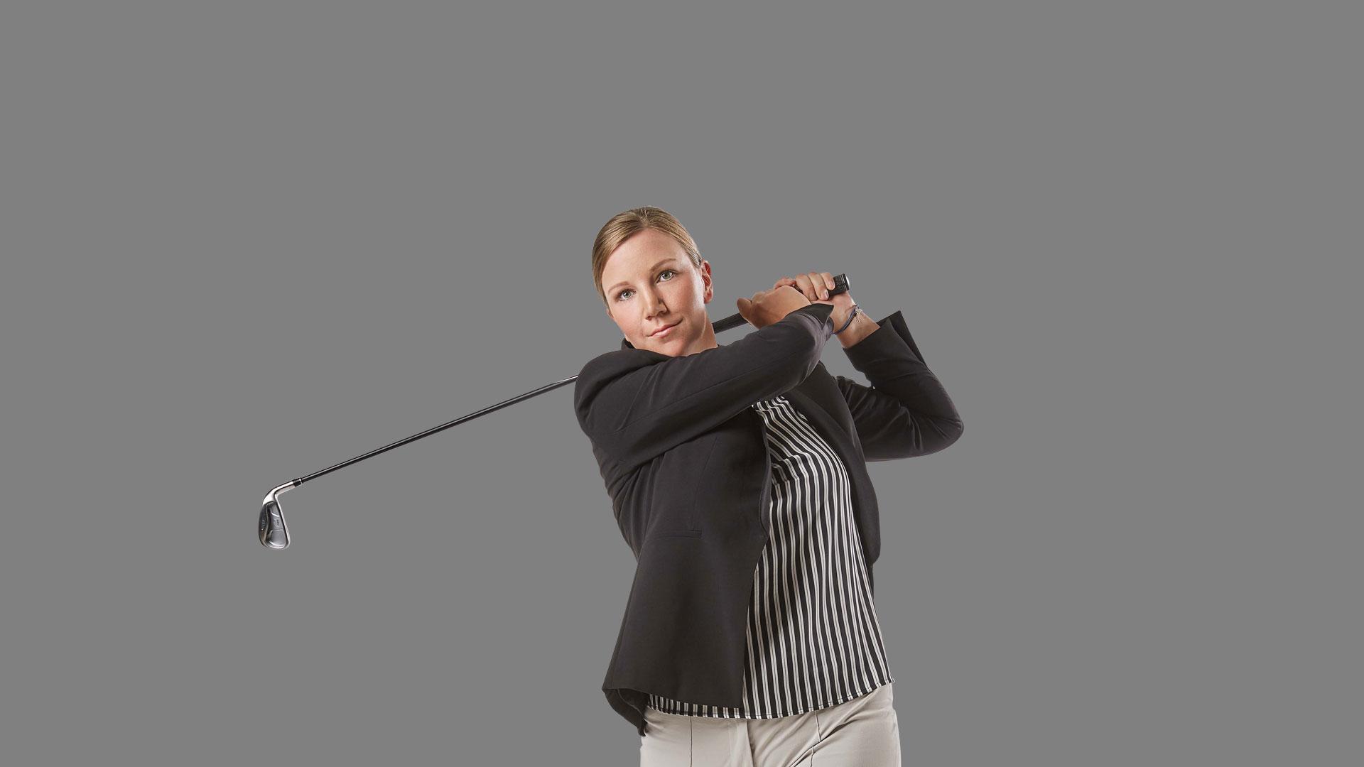 Mitarbeiterin Christiane macht einen Golfschwung