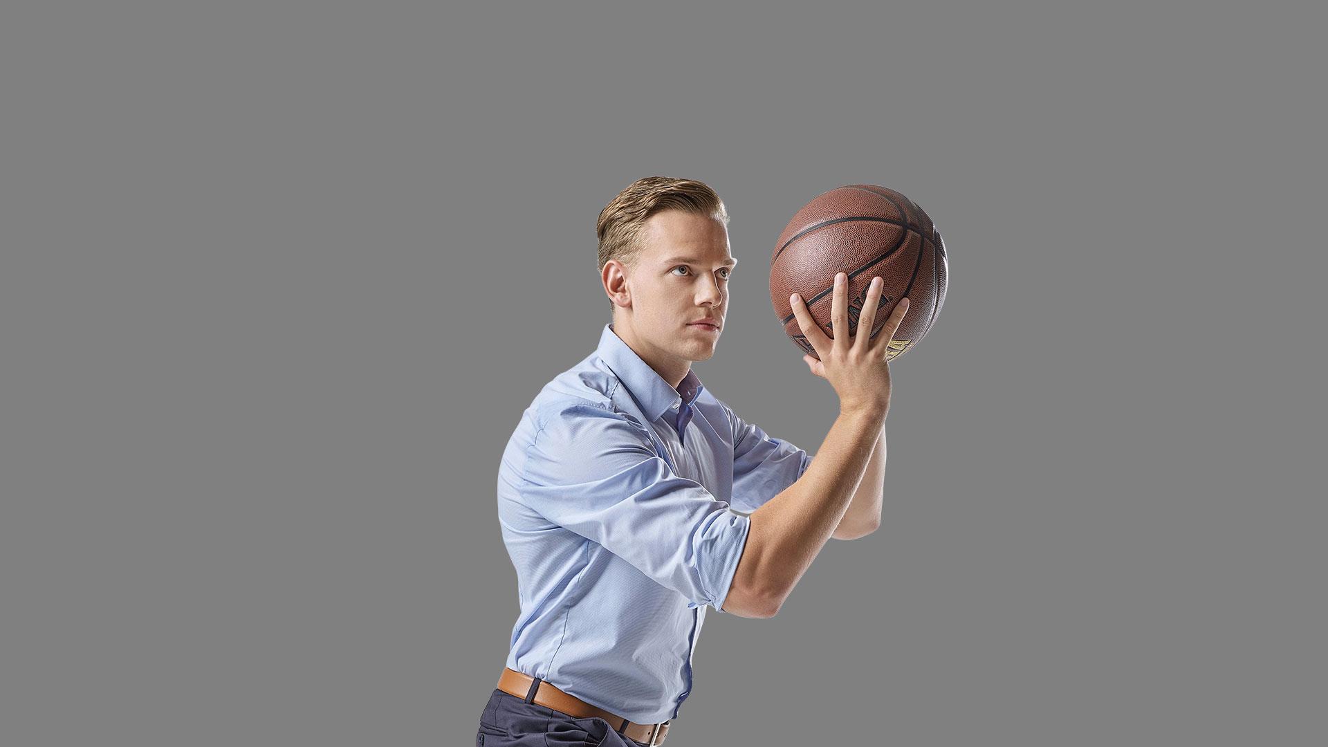 Mitarbeiter Jan wirft einen Basketball