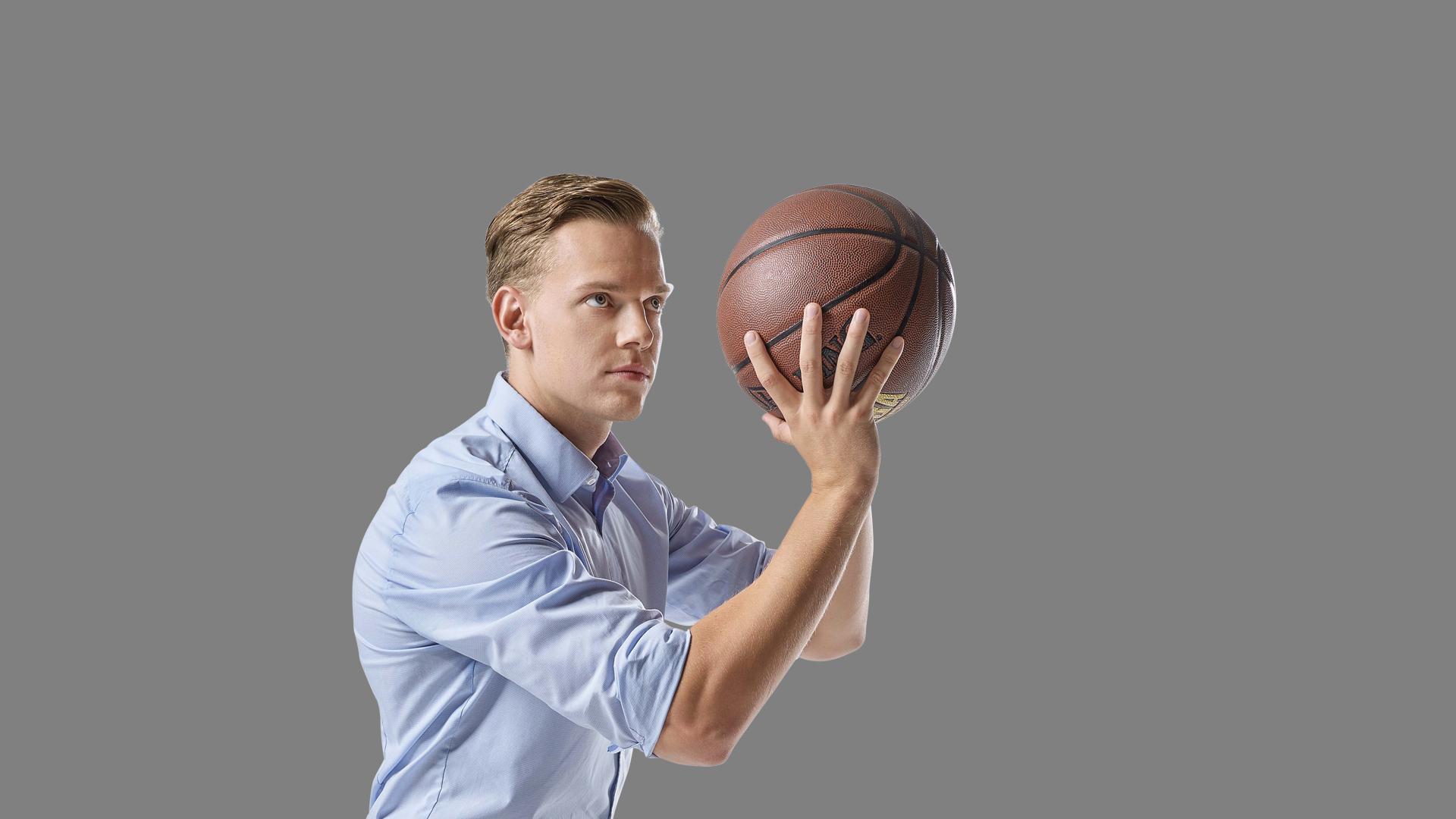Mitarbeiter Jan wirft Basketball